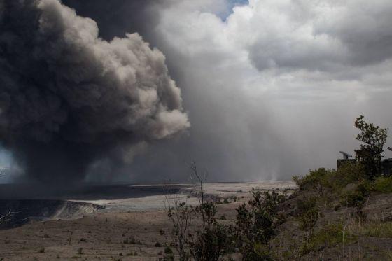 El volcán en erupción de Hawai todavía está en marcha, y ahora también es una amenaza para los aviones que pasan