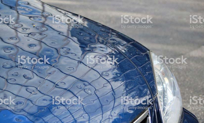 Grêle sur un capot de voiture sur Istock - Getty Images | Vendre ses photos en ligne