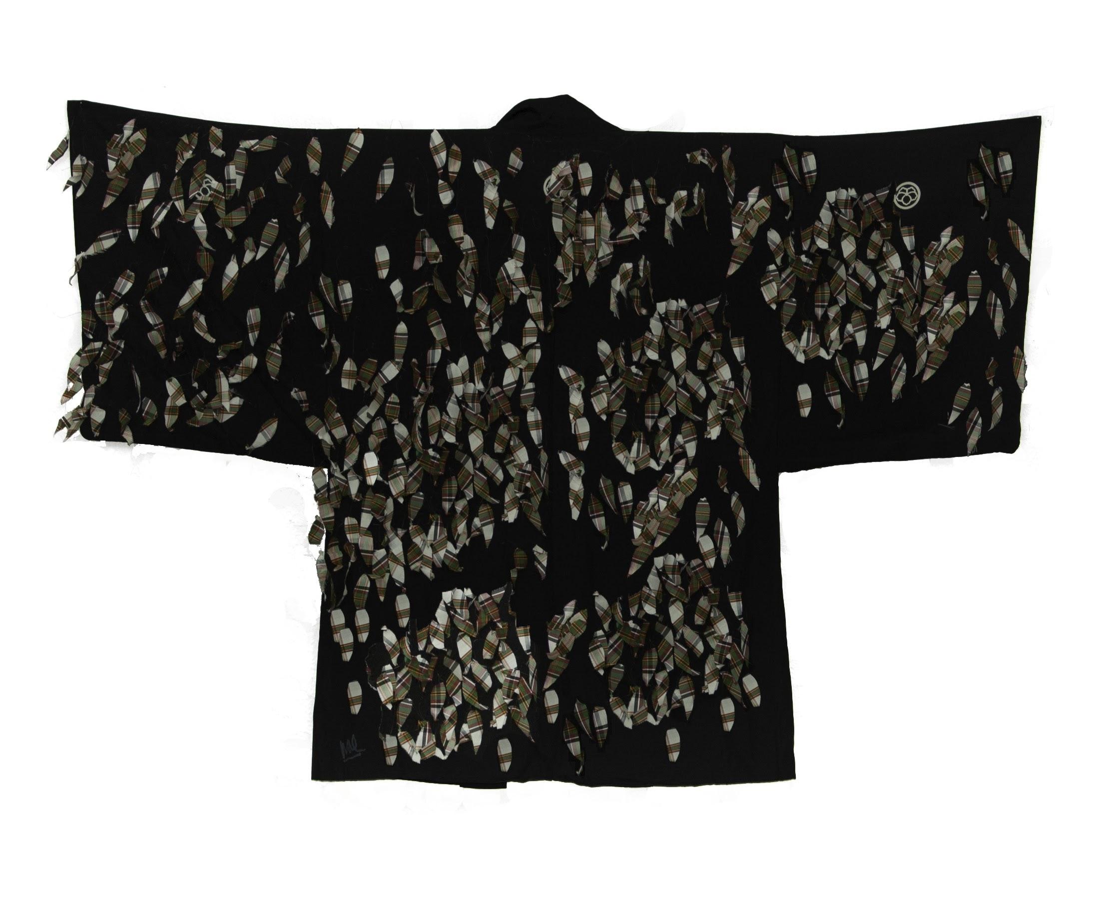 HOJAS Técnica: Haori de seda con telas almidonadas cosidas. Dimensiones: 130 x 100 cm.