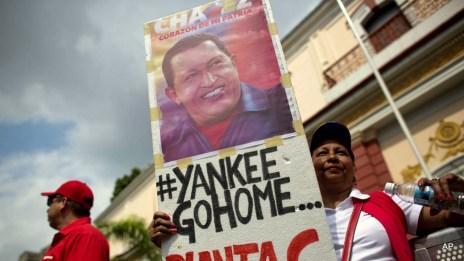 Venezuelans hold a Chavez poster (Archive)