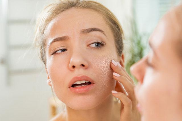 肌の乾燥状態をチェックする女性