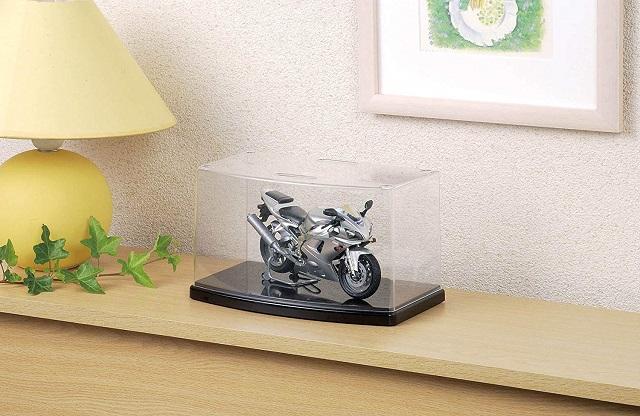 ケースに飾られたバイクのプラモ