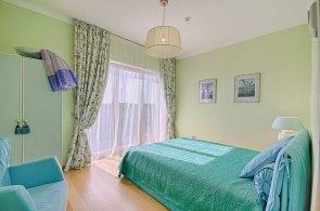 グリーン系で統一された寝室