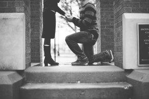 跪いてプロポーズする男性(白黒写真)