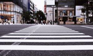 交差点で信号待ちをする人々