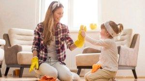 掃除する母と娘