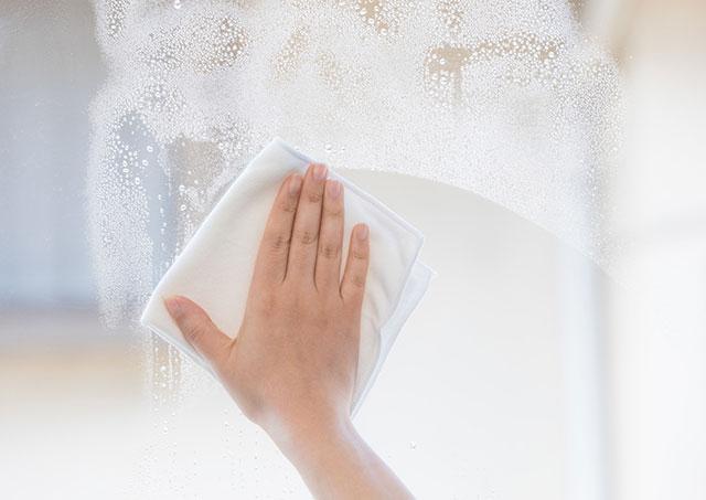 結露した窓をサッと一拭き
