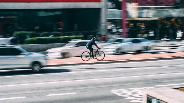 専用レーンを走る自転車