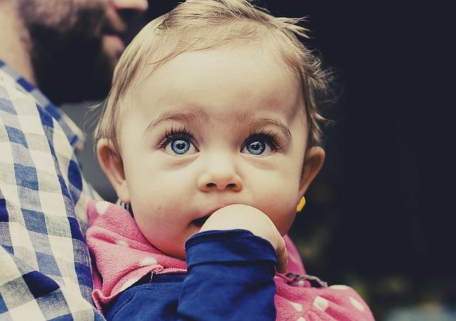 目が潤んだ赤ちゃん