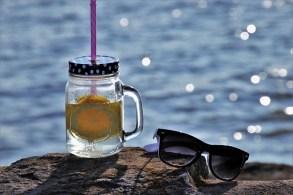 サングラスとレモン水
