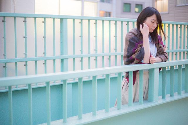 歩道橋にたたずむ女性
