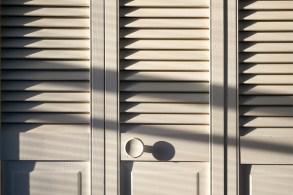 クローゼットの白い木製扉