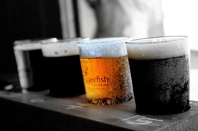 グラス入りビール4つ