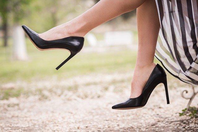 ハイヒールを履いて足をブラブラさせる女性