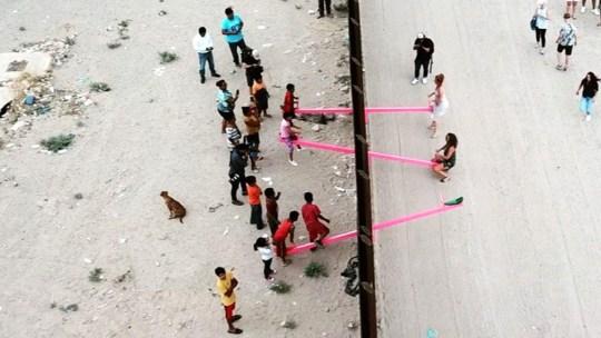 Che ci fanno delle altalene rosa tra Messico e USA? È arte che abbatte i muri!