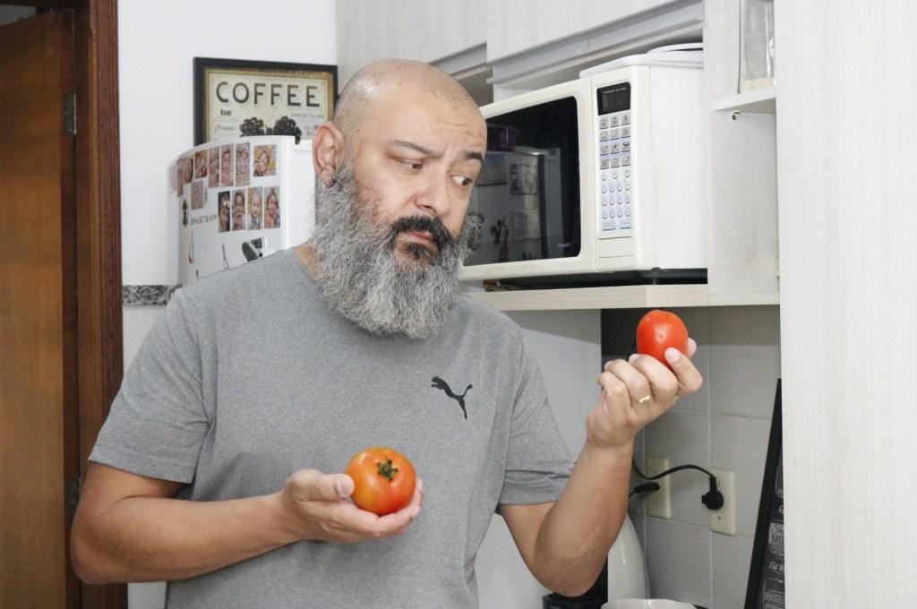 homem-escolhe-tomate-arancini