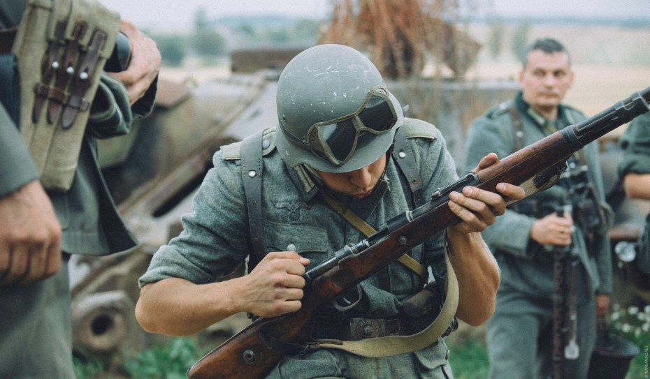 Wargaming hired 40 war reenactors to act as infantry.