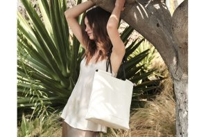 woman standing next to a tree with white shirt no sleves with a white tote bag from VON HOLZHAUSEN brand
