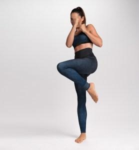 Girl doing fitness exercises wearing a CASAGIN - PERFORMANCE LEGGINGS