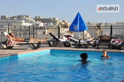 Program active MALTA, bazen na vrhu zgrade hotela