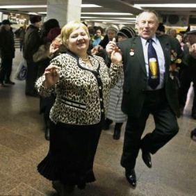 Penzioneri u Ukrajini igraju u metrou
