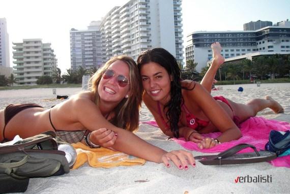 Studentkinje jezicke mreze Verbalisti na plazi u Majamiju