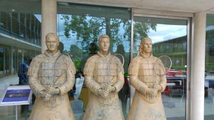 Novak je jedna od tri statue koje krase NTC