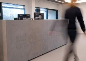 Balie met logo, Rosmalen. VERBAU-betonstuc #01-32: steenkool.