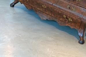 Vloer in VERBAU-betonstuc #01/32 steenkool. Handgevlinderd met water en staal.