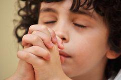 chłopiec modli się (1)