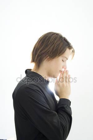 chłopiec modli się