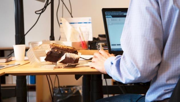Un-estudio-mostro-como-algunos-empleos-te-podrian-hacer-ganar-kilos-de-mas