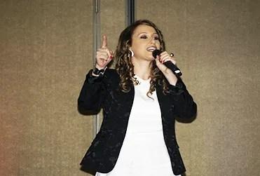 La venezolana Gabriela Cartulano cantando