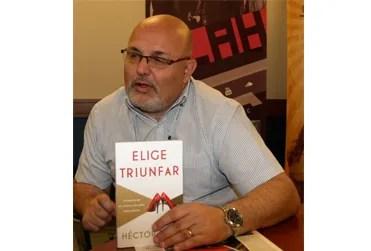 """Teme mostrando su reciente libro para mujeres """"Elige triunfar"""""""