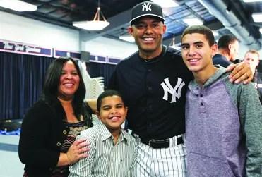 Mariano Rivera y su familia con quienes comparte el ministerio