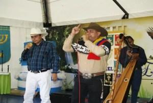 Los cantantes llaneros Rafael Alvarado (i) y Enrique Zapata (d) mientras contrapunteaban durante el atardecer llanero