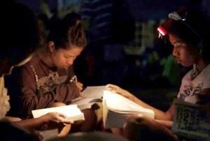 Filipinos oran y leen la Biblia para sobrellevar con la paz de Dios toda la situación / EFE