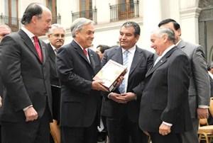 Piñera sólo cumplió dos de sus 30 compromisos suscritos con evangélicos