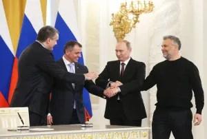 El presidente ruso, Vladímir Putin, Serguéi Axiónov (izda), Vladimir Konstantinov y Alexei Chaliy luego de firmar la adición / EFE