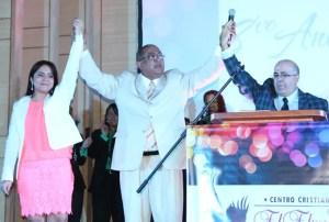 Apóstol Reyes honrando a los pastores Georges y Verónica Doumat por su gran labor en estos años