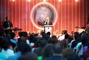 2 Más de 1 mil 500 personas acudieron a la enseñanza del Pastor Javier Bertucci