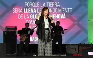 La pastora y adoradora Doris Machín rememorando 25 años de ministerio.
