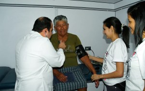 El cardiólogo Ricardo Barrios, coordinador de esta jornada, mientras examinaba a una paciente / VyV