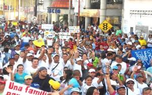 Miles de cristianos en Barinas / Mayerlyn de Urriera