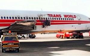 Solo un milagro pudo mantener al avión a salvo hasta poder aterrizar, a pesar del agujero en el techo a la altura de un plano