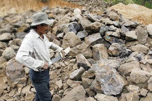 Lino Roblada muestra los daños que dejó una extracción minera ilegal