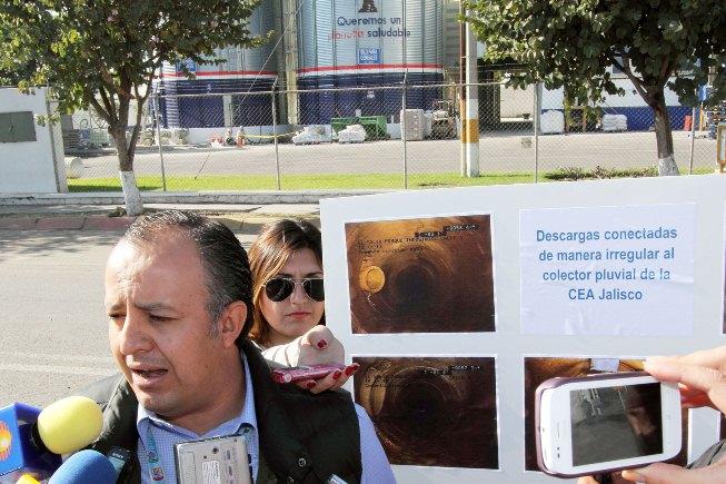 Héctor Castañeda muestra las conexiones ilegales de la empresa VIMIFOS. Foto:CEA
