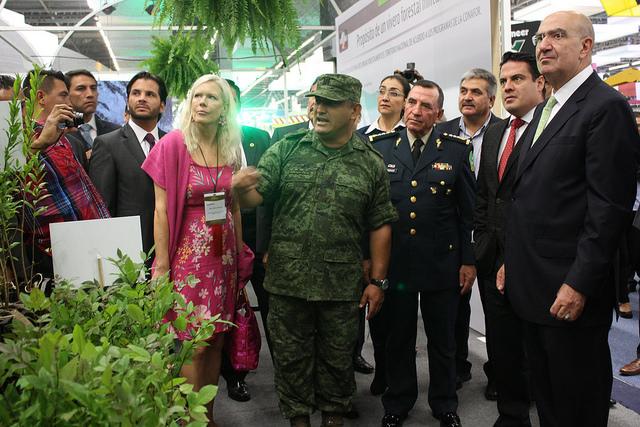 Anna Lindstedt, embajadora de Suecia para cambio climático, (de rosa) presente en la Expo Forestal. Foto: Semarnat