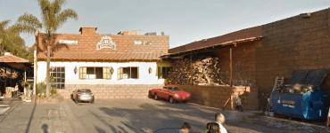 Hacienda Canelos y la madera en su estacionamiento. Foto: Google maps