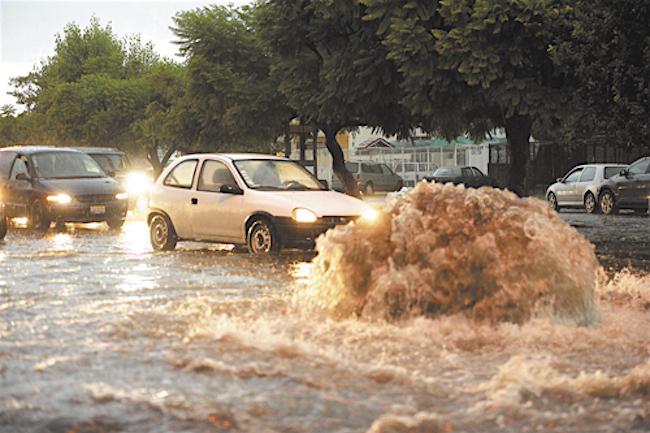 Inundaciones en Avenida Patria y Guadalupe. Foto: UdeG